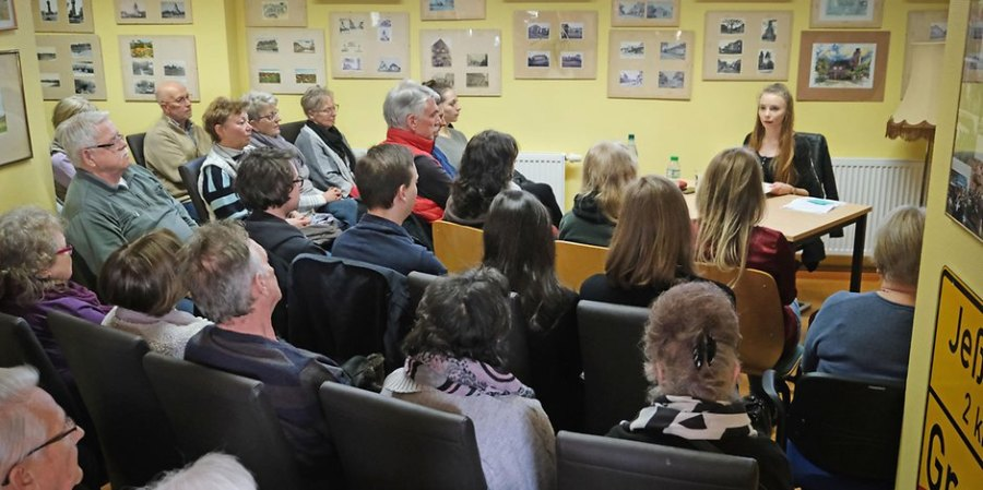 Publikum und Autorin bei einer Lesung